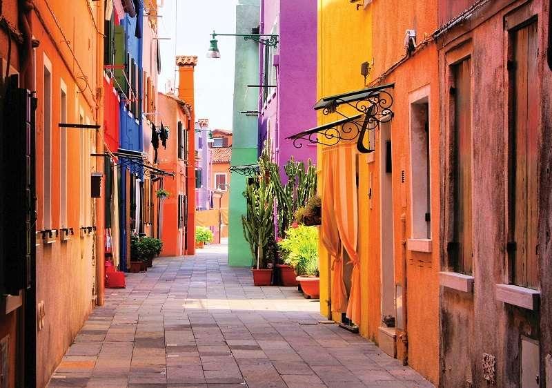 Фототапет с една цветна и пъстра улица