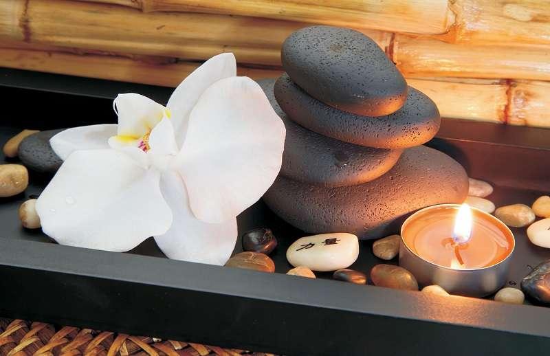 фототапет бяла орхидея и свещ за спа